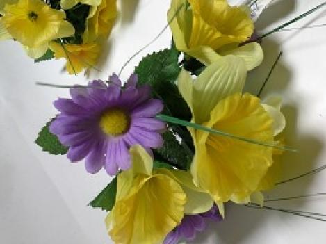 Mākslīgo narcišu un margrietiņu ziedu pušķis, 26cm
